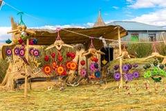 Souvenir de roseau sur le lac de flottement Titicaca d'îles, Amérique du Sud. photographie stock