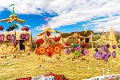 Souvenir de roseau sur le lac de flottement Titicaca d'îles, Pérou image libre de droits