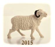 Souvenir en céramique de chèvre sur le papier rouge Photo stock