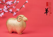 Souvenir en céramique de chèvre sur le papier rouge Photos libres de droits