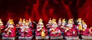 Souvenir för buddistiska munkar på en röd bakgrund royaltyfria foton
