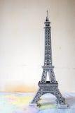souvenir från den pappers- Eiffeltorn Paris Arkivbilder