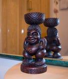 Souvenir från loppmarknad som ett träafrikanskt tecken Arkivfoto
