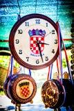 Souvenir med kroatiska simbols på försäljning på mässan Arkivfoto