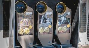 Souvenir myntar varuautomater från fristaden av Lourdes Arkivfoto