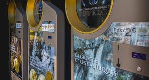 Souvenir myntar varuautomater från fristaden av Lourdes Royaltyfri Bild