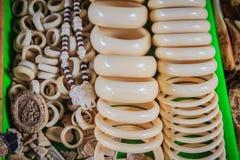 Souvenir och amuletter som snidas från elfenben som är till salu på denCambodja gränsen, marknadsför royaltyfri foto