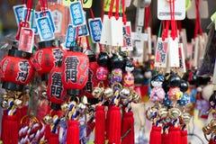 Souvenir på asakusamarknaden framme av templet, tokyo, Japan Arkivbilder