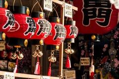 Souvenir på asakusamarknaden framme av templet, tokyo, Japan Royaltyfri Bild