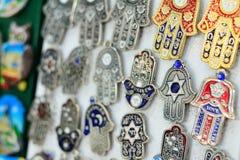 Souvenir på den Jerusalem basaren, hamsaen eller khamsasymbolet av judendom royaltyfria bilder