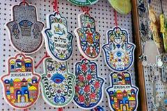 Souvenir på den Jerusalem basaren, hamsaen eller khamsasymbolet av judendom, inskrift i hebré royaltyfri fotografi