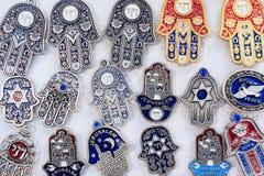 Souvenir på den Jerusalem basaren, hamsaen eller khamsasymbolet av judendom, inskriften arkivfoto