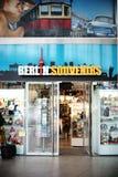 Souvenir shoppar Berlin East Station Arkivbilder