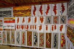 Souvenir shoppar den till salu handelsresanden på den Htilominlo templet Arkivfoton