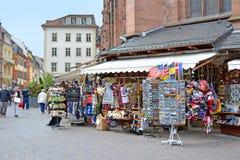 Souvenir shoppar erbjudande olika lokala billiga prydnadssaker med turister framme av kyrkan av den heliga anden som kallas 'Heil royaltyfri fotografi