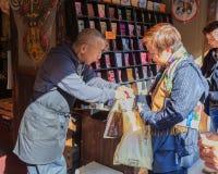 Souvenir shoppar framme av Dazaifu Tenmangu Arkivfoton