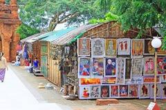 Souvenir shoppar i den Htilominlo templet, Bagan, Myanmar Arkivfoto