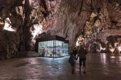 Souvenir shoppar i den Postojna grottan, Slovenien Royaltyfria Bilder