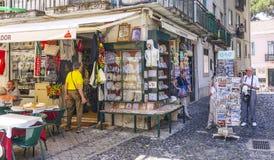 Souvenir shoppar i Lissabon - LISSABON - PORTUGAL - JUNI 17, 2017 Arkivfoton