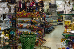 Souvenir shoppar i mitten av Prague Arkivfoto