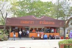 Souvenir shoppar i Prasat Hin Phanom ringt historiskt parkerar på Thailand royaltyfria foton