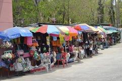 Souvenir shoppar i Prasat Hin Phanom ringt historiskt parkerar på Thailand arkivbild