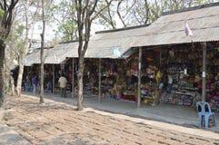 Souvenir shoppar i Prasat Hin Phanom ringt historiskt parkerar på Thailand fotografering för bildbyråer