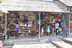 Souvenir shoppar i Prasat Hin Phanom ringt historiskt parkerar på Thailand arkivfoton