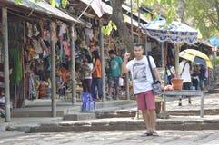 Souvenir shoppar i Prasat Hin Phanom ringt historiskt parkerar på Thailand royaltyfri foto