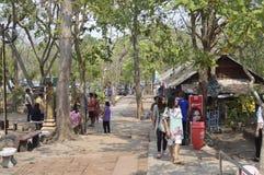 Souvenir shoppar i Prasat Hin Phanom ringt historiskt parkerar på Thailand royaltyfri bild