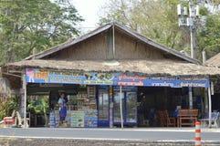 Souvenir shoppar i Prasat Hin Phanom ringt historiskt parkerar på Thailand royaltyfri fotografi
