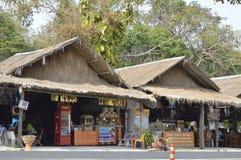Souvenir shoppar i Prasat Hin Phanom ringt historiskt parkerar på Thailand royaltyfria bilder