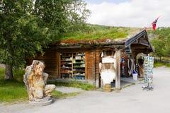 Souvenir shoppar inte långt från den Voringfossen vattenfallet i Norge Arkivbilder