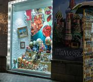 Souvenir shoppar med ryska traditionella souvenir Royaltyfria Foton