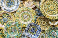 Souvenir shoppar med typiska keramiska produkter i Erice, Sicilien, det royaltyfri fotografi