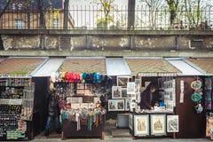 Souvenir shoppar nära den gamla judiska kyrkogården i Prague Royaltyfri Fotografi