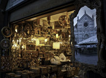 Souvenir shoppar och avspeglar med reflexionen Santa Croce Royaltyfria Foton