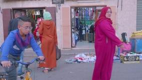 Souvenir shoppar och gatamarknaden i Tanger arkivfilmer