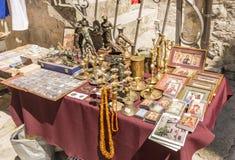 Souvenir shoppar och person som tillhör en etnisk minoritetkläder i det turist- området av Budva Montenegro Arkivbilder