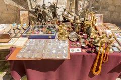 Souvenir shoppar och person som tillhör en etnisk minoritetkläder i det turist- området av Budva Montenegro Royaltyfria Foton