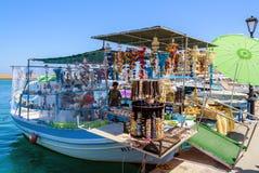 Souvenir shoppar, organiserat på fiskebåten på port av Chania royaltyfria foton