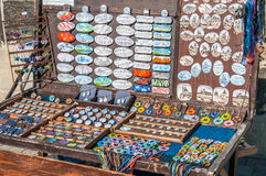 Souvenir shoppar på Charles Bridge, Prague Arkivbild