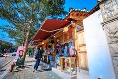 Souvenir shoppar på den Bukchon Hanok byn på Juni 19, 2017 i Seoul Royaltyfria Bilder