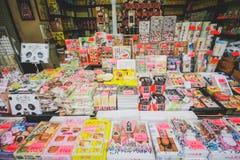 Souvenir shoppar på den Nakamise shoppinggatan Japan Arkivbild