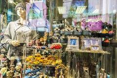 Souvenir shoppar på natten i New York City, USA royaltyfria foton