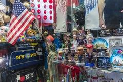 Souvenir shoppar på natten i New York City, USA royaltyfria bilder