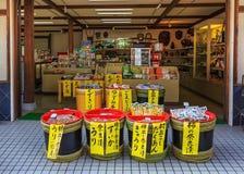 Souvenir shoppar på Nara Park i Nara, Japan Arkivfoton