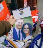 Souvenir shoppar sälja kungliga bröllopgåvor Arkivbilder