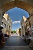 Souvenir stannar på den gå gatan byggda uzbekistan arkivbild