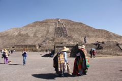 Souvenir vendors at Teotihuacan ancient pre-Columbian site, Mexico. Teotihuacan is an ancient Mesoamerican city located 40 kilometres northeast of modern-day Stock Photo